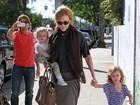 Em passeio com filhas, marido de Nicole Kidman tira foto de paparazzo