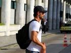 Rodrigo Santoro quase passa despercebido em aeroporto