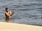 Thiago Neves curte dia de folga na praia