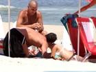 Após separação, Malvino Salvador e Sophie Charlotte se beijam em praia