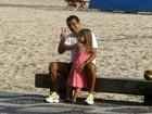 Marcos Palmeira passeia com a filha na orla