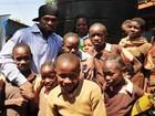 Rapper 50 Cent visita vítimas da fome na Somália e no Quênia
