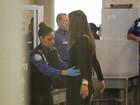 Grávida, Alessandra Ambrósio é revistada em aeroporto