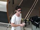 Jonatas Faro e outros famosos circulam em aeroporto do Rio