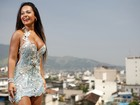 Raíssa, a rainha de bateria da Beija-Flor, posa com Nilópolis aos seus pés