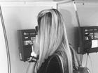 Adriana usa orelhão após Rodrigão se negar a emprestar o celular