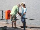 Filho de Luiza Brunet pesca com o pai no Rio