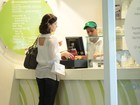 Fátima Bernardes toma sorvete e vai a livraria em shopping carioca