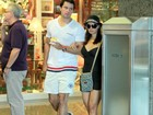 Mônica Carvalho passeia com o marido em shopping do Rio