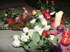 Fãs deixam flores em frente a hotel onde Whitney foi encontrada morta