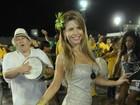 De vestidinho curto, ex-BBB Cacau curte ensaio de escola de samba