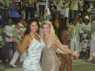 Antônia Fontenelle e Thatiana Pagung posam juntas em escola de samba