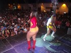 Calcinha ou short? Melancia canta com metade do bumbum de fora
