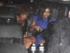 Polícia espera mandado de busca para entrar em quarto de Whitney