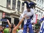 Artista com perna de pau derruba Lia Khey no bloco de Preta Gil