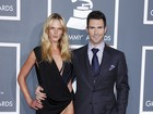 Namorada de Adam Levine usa vestido supercavado em premiao