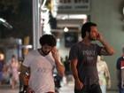 Santoro e Eriberto Leão saem juntos, mas não largam celulares