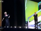Meryl Streep perde sapato em premiação e é ajudada por Colin Firth