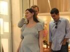 Com barrigão, Lavínia Vlasak passeia em shopping no Rio