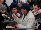 Antonio Banderas é cercado por  fãs no Festival de Cinema de Berlim
