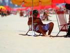 Thiago Martins vai à praia do Leblon, no Rio