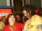 Dado Dolabella se empolga em camarote do carnaval de Recife