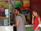 Gabriel Braga Nunes faz parada para comprar suco durante passeio