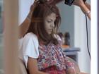 Enquanto namorado trabalha, Eva Mendes cuida do visual na Tailândia