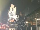 Victoria Beckham brinca com poster de David Beckham usando cueca
