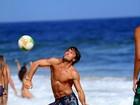 Kayky Brito joga altinha e mostra corpão em praia  no Rio