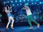 Christiane Torloni samba no palco de feijoada ao lado de Elymar Santos