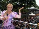 Carla Perez canta em bloco infantil vestida de Rapunzel