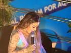 Alinne Rosa canta com fantasia que simula tatuagem em Salvador