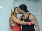 Diogo Nogueira ganha beijo da mulher antes de show