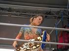 Claudia Leitte abusa do decote e agita multidão em Salvador