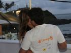 Cristiana Oliveira beija muito em camarote em Salvador
