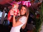 Fernanda Pontes fantasia a filha de Mulher Maravilha para baile
