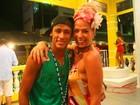 Com decote ousado, Galisteu se diverte com Neymar em Salvador
