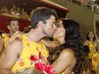 Juliana Paes esquece os desfiles e beija muito