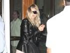 Com casaco de couro, Fergie deixa o Copacabana Palace, no Rio