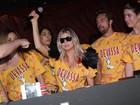 Fergie não tira os óculos escuros para show em camarote