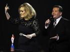 Bravinha por ser interrompida, Adele faz gesto obsceno em premiação