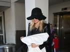 Depois de passagem pelo Rio, Fergie chega a LA segurando travesseiro