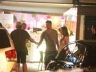 Cauã Reymond circula sem Grazi e atende fãs pelas ruas do Rio