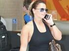 Viviane Araújo circula com calça colorida em aeroporto do Rio