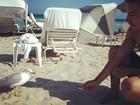 Em Miami com Mariana Rios, Di Ferrero tenta alimentar ave em praia
