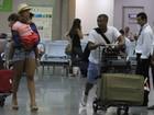 Acompanhado de mulher e filha, Romário leva malas em aeroporto