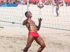 Felipe e Diego Souza jogam futevôlei em praia do Rio