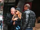 Beyoncé aparece em público com a filha, mas a esconde com cobertor