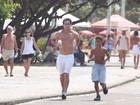 Rafael Almeida corre na orla  da Barra da Tijuca, no Rio